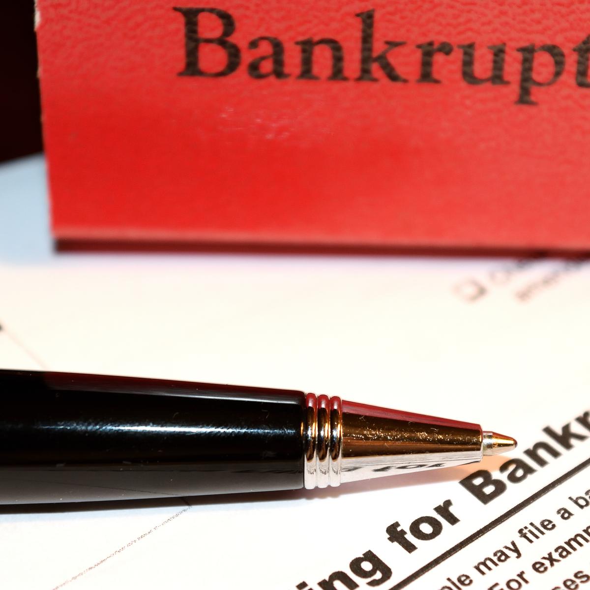 A pen and a bankruptcy folder